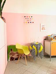 kleiner sitzplatz in der küche orange pink küche