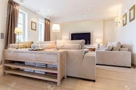 gemütliches wohnzimmer in weiß und beige mit einem bequemen sofa set