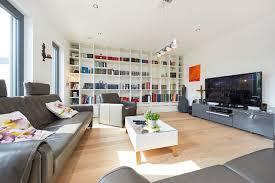 wohnzimmer modern mit tv board regal inneneinrichtung