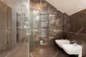 neue glänzendes glas dusche im bad braun