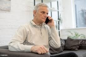 graue haare mann sitzt auf sofa im wohnzimmer stockfoto und mehr bilder 60 69 jahre