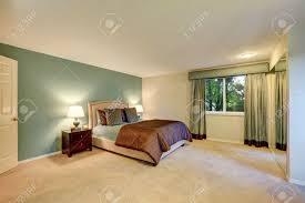 mint und braun schlafzimmer mit beige teppichboden ausgestattet mit nachtschränkchen und bett mit kopfteil northwest usa