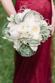 Fresh and unique spring wedding bouquet ideas for springtime brides
