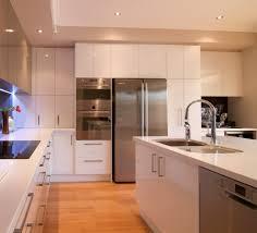 cuisine au milieu de la cuisine frigo cuisine fonctionnalies milieu du siecle style
