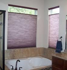 wunderschönes badezimmer mit lila rollos für badfentser