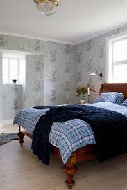 antikes holzbett in schlafzimmer mit bild kaufen