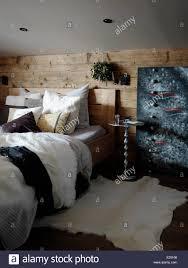 schlafzimmer innenraum holz bedeckt wand hinter bett