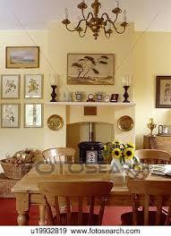 kiefer tisch und stühle in pastell gelb land