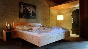 zirbelholz im schlafzimmer endlich erholsame nächte