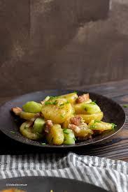 feine fischfrikadellen und kartoffelsalat mit speck und gurken