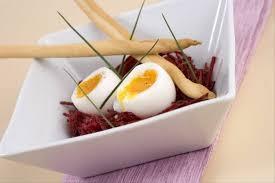cuisiner des betteraves recette de salade de betterave crue relevée à l ail oeuf mollet