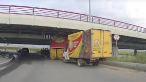 99 Youtube Truck 150th Gets Stuck Under St Petersburgs Bridge Of Stupidity