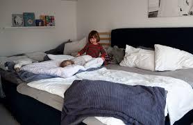 ein familienbett mit baby und kleinkind franzisaidwhat