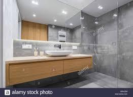 modernes bad mit holz arbeitsplatte dusche waschbecken und