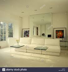 plexiglas couchtische vor großen weißen sofa im wohnzimmer