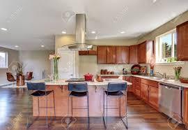 traditionelle amerikanische küche mit edelstahl geräten dunstabzugshaube bar stil küche insel und granit arbeitsplatten nordwest usa