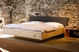 zirbenholz schlafzimmer zirbenholz möbel zirbenholz betten