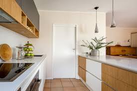 moderne küche aus laminat furnierholz fenix und quarzstein