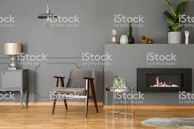 graue sessel neben silber tisch innen elegantes wohnzimmer mit kamin und le echtes foto stockfoto und mehr bilder biologie