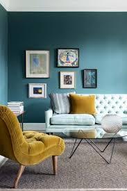 salon bleu canard déco mur cadres fauteuil jaune pastel