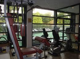 salle de fitness avec aussi des tapis de marche photo de