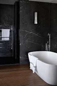 moderne bäder in schwarz badezimmer mit parkett und