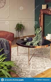 städtischer dschungel im wohnzimmer mit grauem orange und