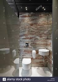 modernes badezimmer mit marmor und weiße keramik waschbecken