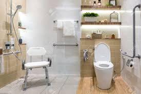 innenraum des badezimmers für behinderte oder ältere leute handlauf für behinderte und ältere menschen im badezimmer