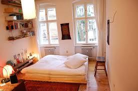 warm und gemütlich eingerichtetes schlafzimmer mit diy