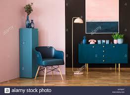 blau und rosa wohnzimmer innenraum mit einem sessel schrank