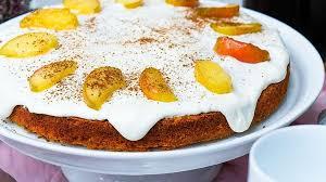 kürbis apfelkuchen mit frosting und karamellisierten apfelschnitzen