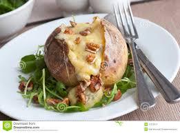 pomme de terre en robe de chambre au four pomme de terre en robe de chambre image stock image du cuisinier