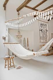landhausstil wohnzimmer rustikale möbel hängematten