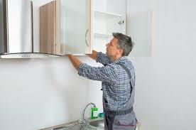 spiegelschrank aufhängen im badezimmer schritt für schritt