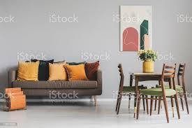 wohn und esszimmerinterieur mit braunem sofa und holztisch mit vintagestühlen stockfoto und mehr bilder abstrakt