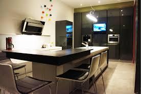 cuisine avec ilot central et coin repas cuisine équipée sur mesure avec îlot centrale et bar mb concept be