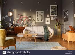 grüne decke auf einem sofa in vintage wohnzimmer einrichtung