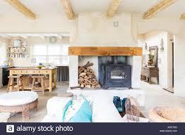 wohnzimmer und küche landhaus stockfotografie alamy
