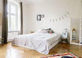 helles gemütliches schlafzimmer in berliner altbauwohnung