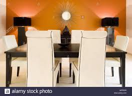 beige gepolsterten stühlen am tisch in der modernen orange
