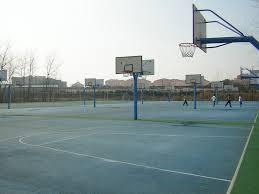 terrain de basket exterieur les beaux jours reviennent et le basket aussi etudiante à