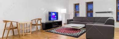 panoramablick auf gemütliche und helle wohnzimmer mit sofa und fernseher und esstisch