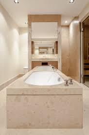 modernes bad mit jura marmorplatten