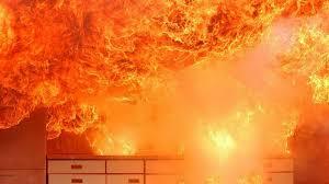 heißes öl mit wasser gelöscht flammen vernichten küche in