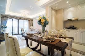 luxus esszimmer mit schönen dekoration und möbel