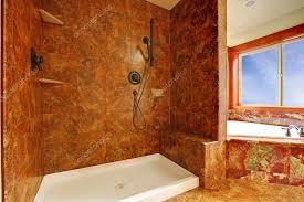 luxus badezimmer aus rotem marmor in neuem luxus interieur