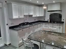plaque granit cuisine réalisation cuisines couloir modele laqué gris et plan