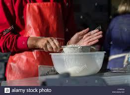 tamiser cuisine une fille tamiser la farine dans une classe de technologie