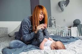 mutter baby schlafzimmer porträt home frau stock